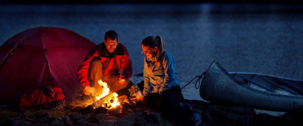Individuelle Kanutour in Schweden beim Lagerfeuer