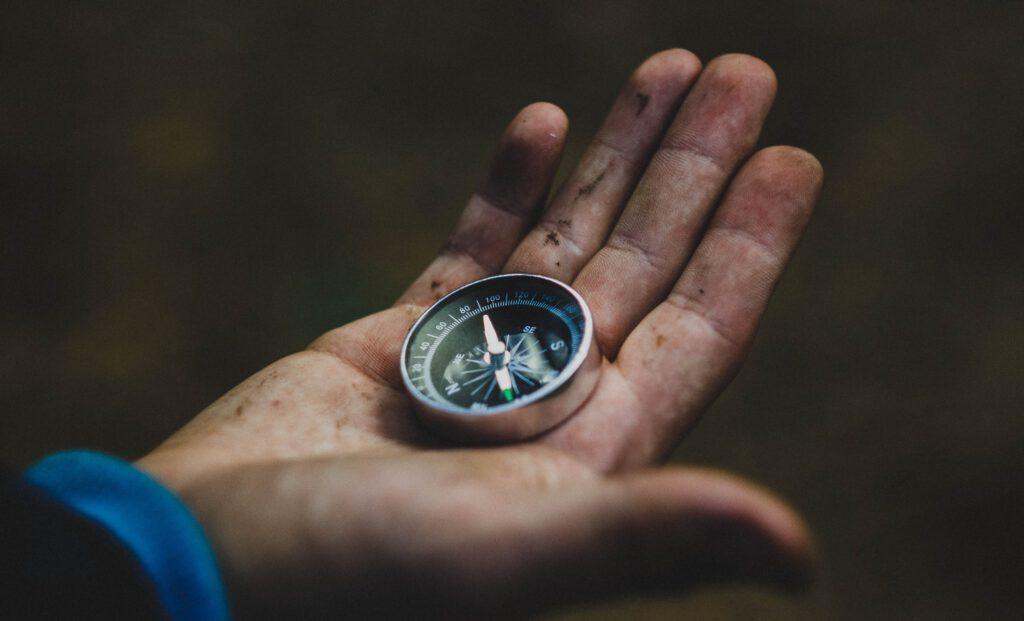 So orientierst du dich mit Kompass und Karte 2