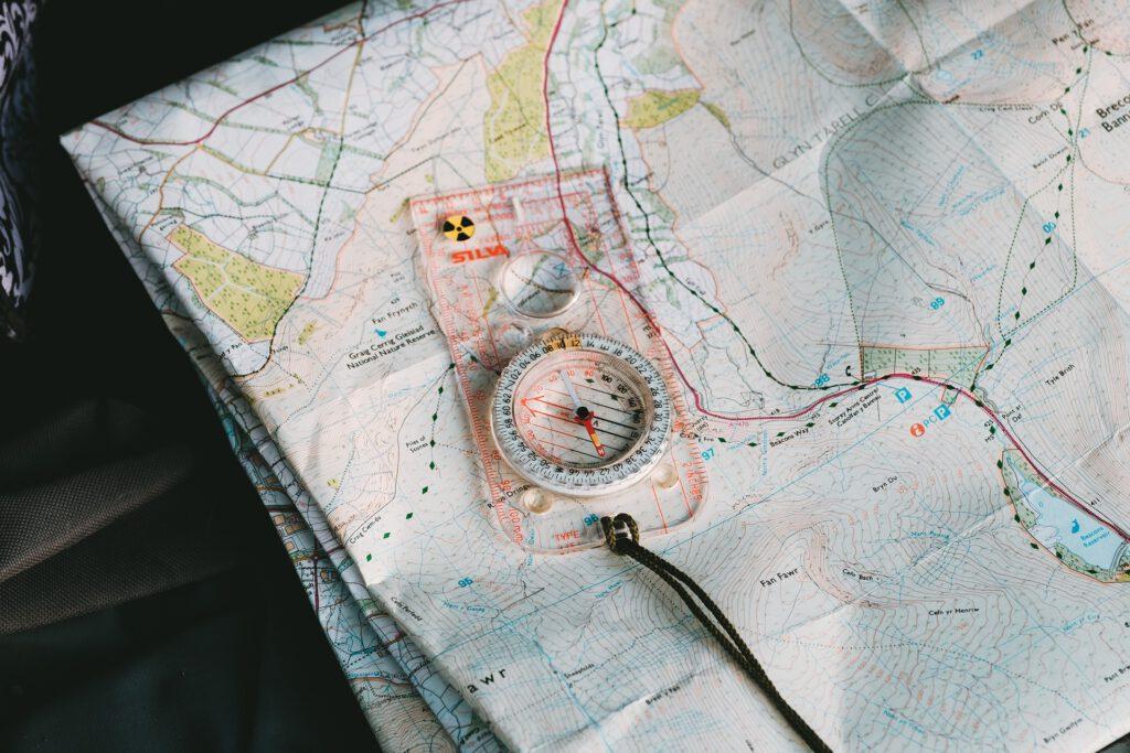 So orientierst du dich mit Kompass und Karte 3