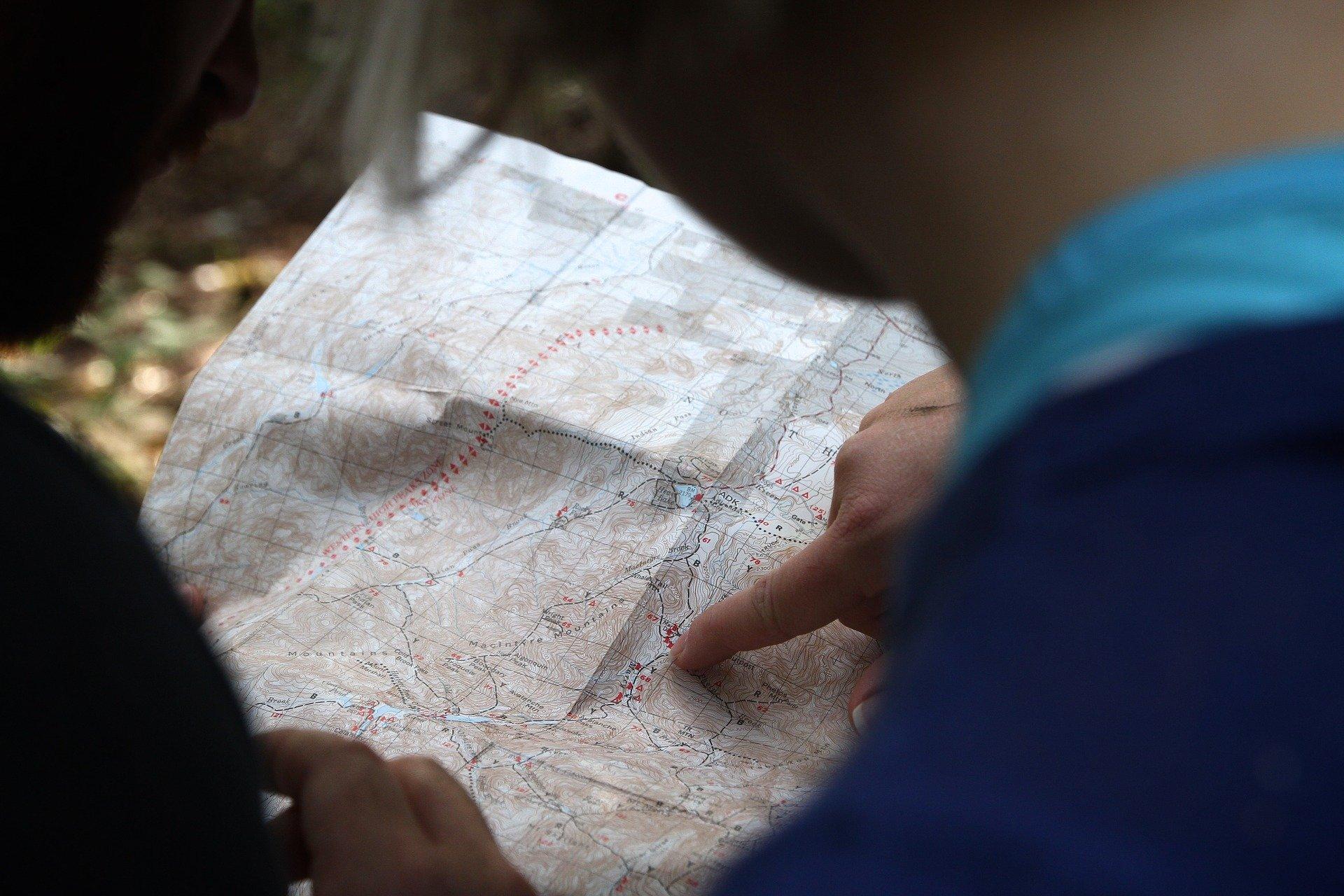 So orientierst du dich mit Kompass und Karte 1